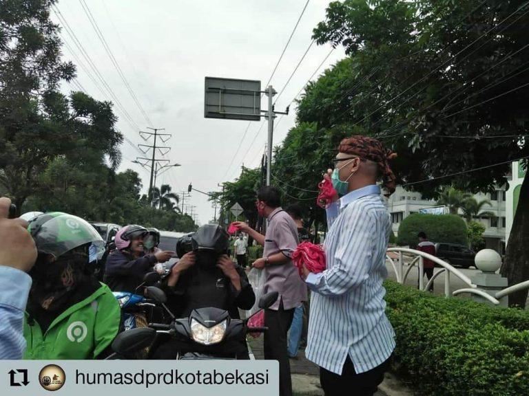 Peduli Cegah Corona, Anggota DPRD Kota Bekasi Bagikan Masker Gratis ke Pengguna Jalan