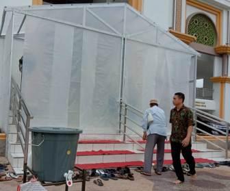 Mesjid Agung Kisaran terus berbenah 'melawan' dan mencegah penularan virus corona di Asahan. Guna memutus mata rantai penyebaran virus pengurus BKM Agung mendirikan bilik sterilisasi.
