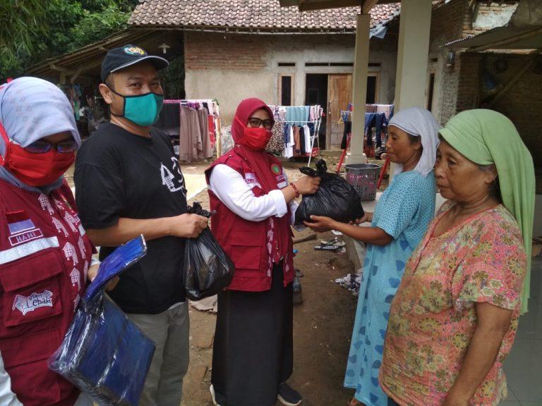 PPNI Lebak dan Ormas Jarum Bagikan Sembako dan Masker ke Warga Cibadak