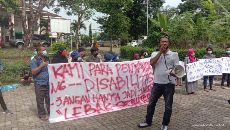 Hari ini, Puluhan Disabilitas Didiampingi LSM Demo Dinsos Lebak