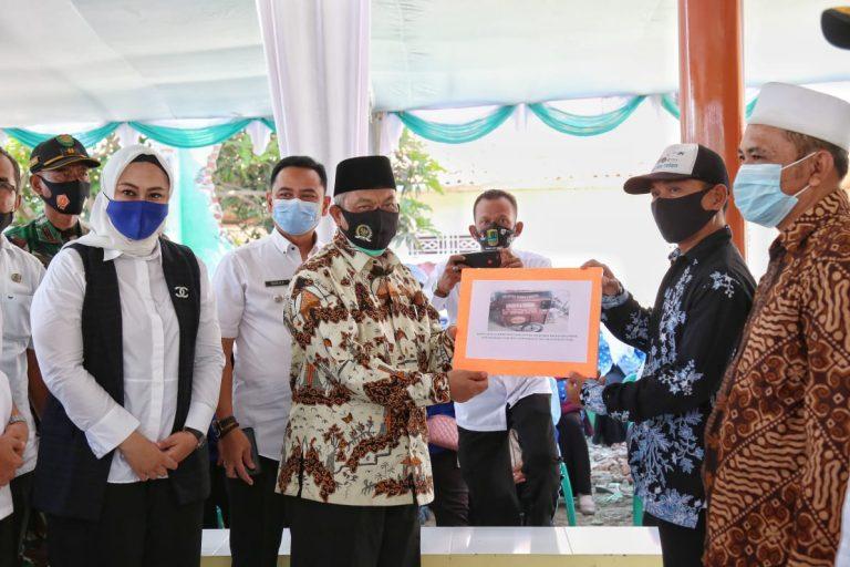 Bersama Bupati Karawang, Syaikhu Serahkan Alsintan kepada Masyarakat Desa Mekar Asih