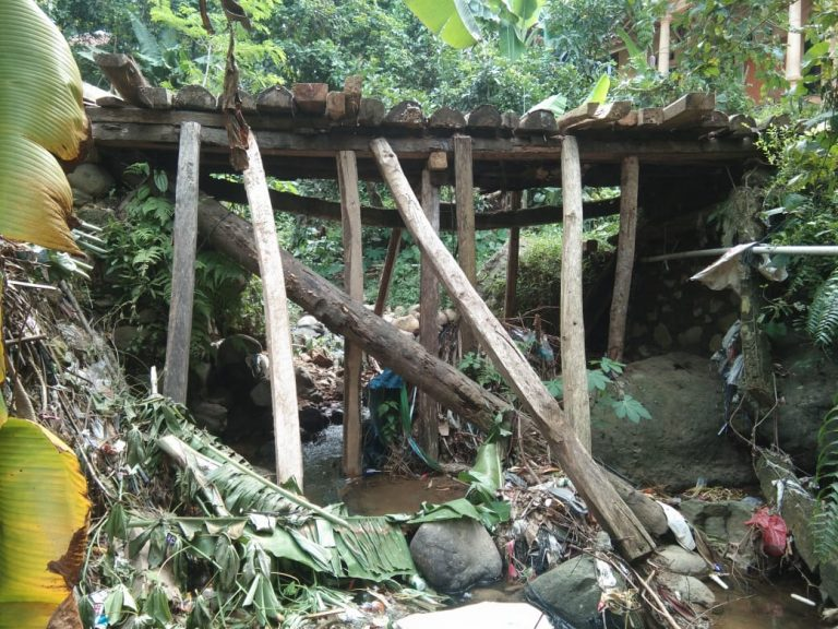 Nyaris Roboh, Jembatan di Kp. Handeleum di bangun Ormas Jarum Sobang