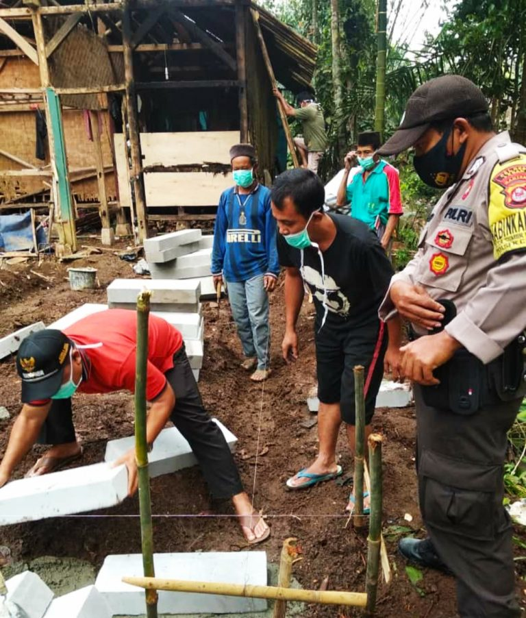 Rumah warga tak mampu ini dibangun dengan bantuan material dari PT Aam Prima Arta. Sedangkan tenaga kerjanya melibatkan swadaya masyarakat sekitar.
