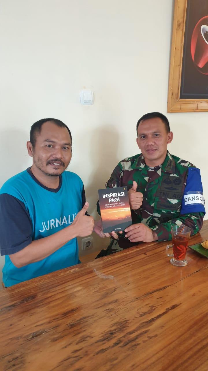 Hobi Menulis, Danyon Mandala Yudha Kostrad Menghadiahkan Buku Inspirasi Pagi Kepada Ketua SMSI Lebak