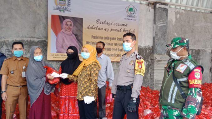 Anggota Dewan Perwakilan Rakyat Daerah (DPRD) Kabupaten Bekasi, Yoyoh Masruroh gandeng Pemdes Setia Asih bagikan 1000 paket sembako dan bantuan dana kepada masyarakat di Dapil IV, Senin (04/05/2020).