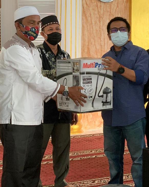 Anggota Dewan Aceh Singkil Kembali Salurkan Vacuum Cleaner Ke Mesjid